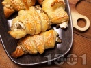 Рецепта Лесни солени кифлички от бутер тесто с патладжан, сирене и сусам
